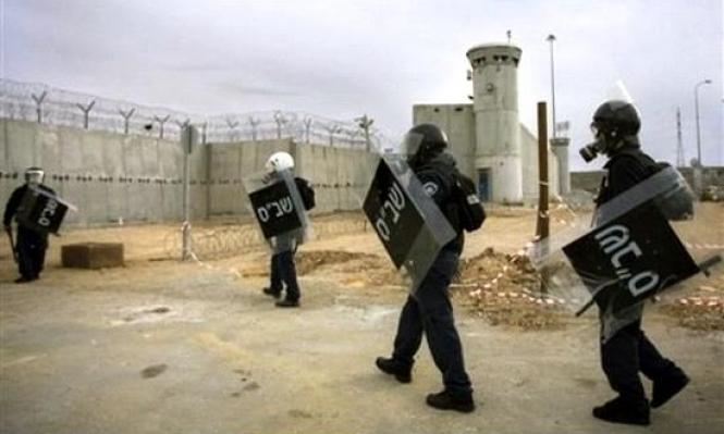 """الاحتلال يعاقب 50 أسيرا بنقلهم من سجن """"ريمون"""""""