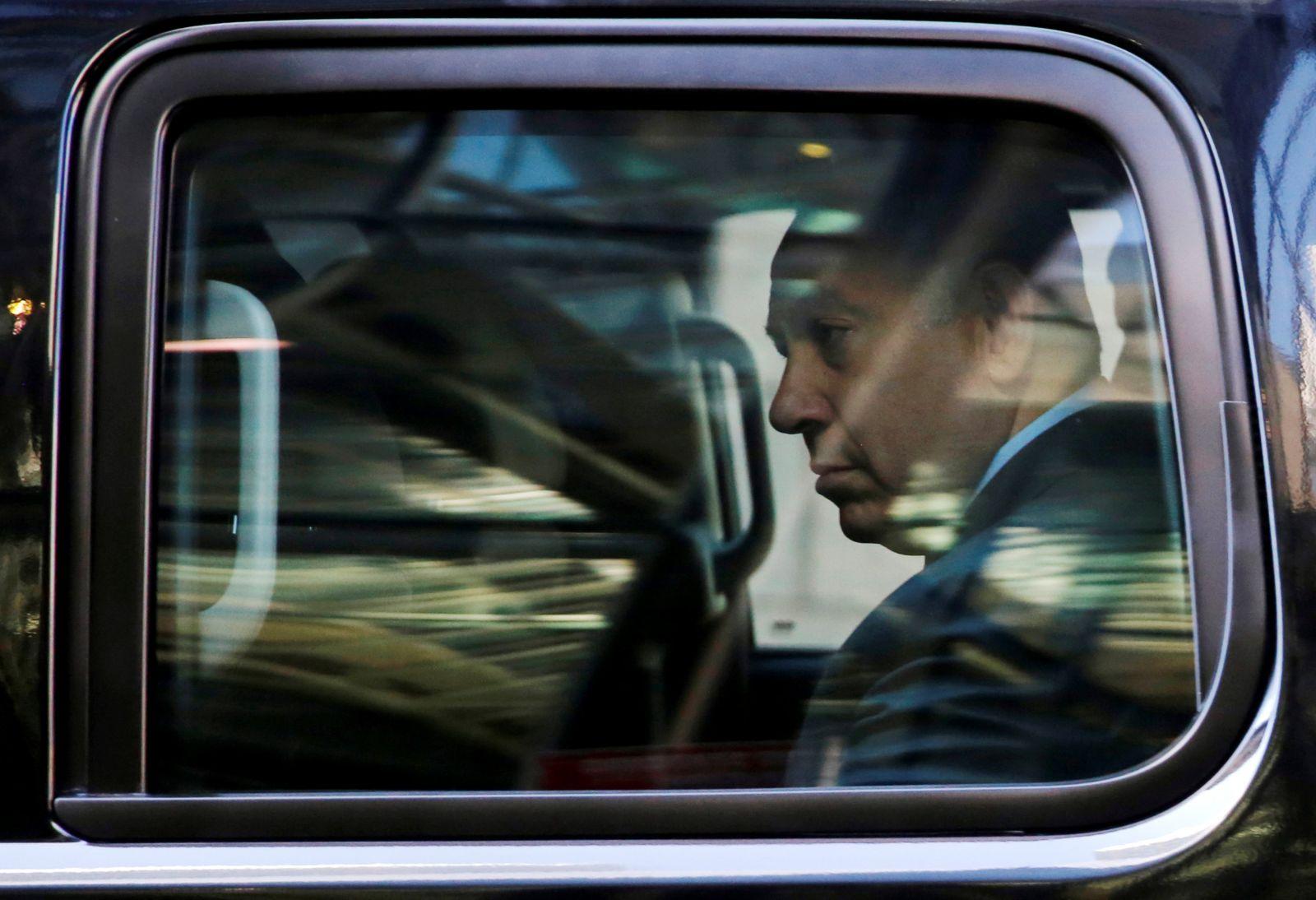 """نتنياهو مغادرًا """"برج ترامب"""" (رويترز)"""