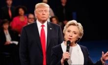 شاهد: ترامب يقف خلف كلينتون بشكل مريب بالمناظرة