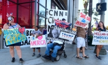 """أنصار ترامب يحتجون أمام  CNN على """"التحيز"""" لكلينتون"""