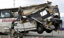 13 قتيلا في تصادم بين حافلة سياح وشاحنة في كاليفورنيا