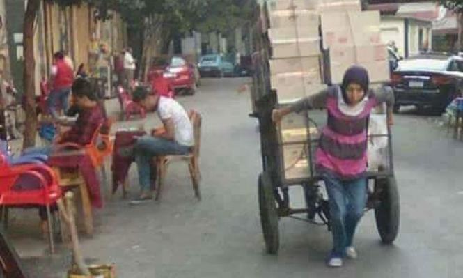 """فتاة """"جر عربة البضائع"""" نموذج لحال ملايين المصريين"""