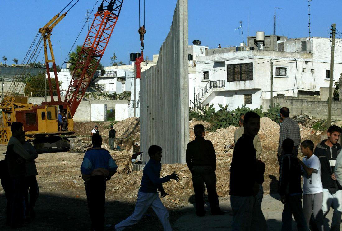 جدار الفصل العنصري أثناء بنائه عام 2004 (أ ف ب)
