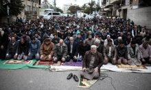 غزة: صلاة الجمعة أمام الصليب الأحمر تضامنا مع الأسرى
