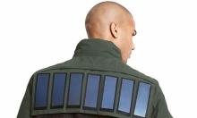 معطف لشحن الهواتف يعمل بالطاقة الشمسية