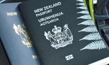 رجل آلي عنصري يرفض تجديد جواز سفر طالب آسيوي!