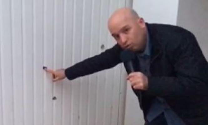 ماذا يفعل مراسل القناة العاشرة أمام منزل الشهيد الزواري بتونس؟