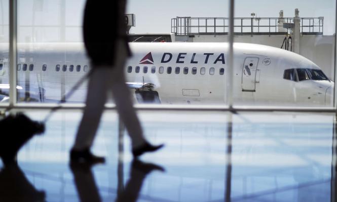 """إنزال راكب من طائرة """"دلتا"""" لتحدثه بالعربية"""