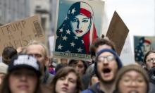 ملصقات ضد الكراهية تتصدر الصحف الأميركية مع تنصيب ترامب