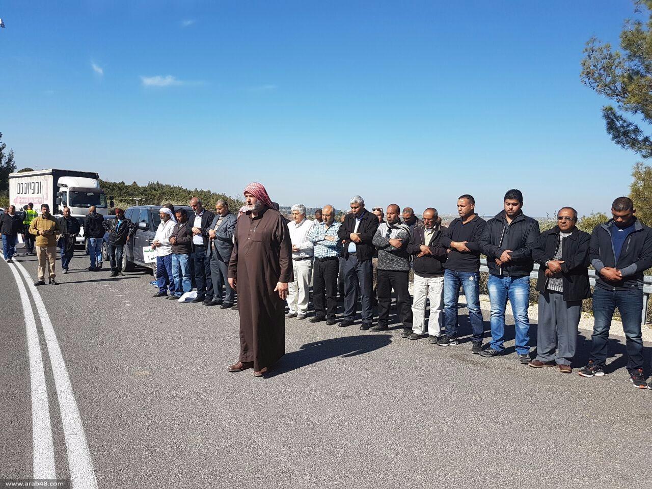 متظاهرون أمام الكنيست: الشعب يريد جثمان الشهيد