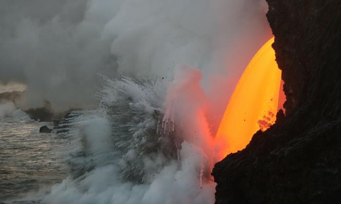 """حمم """"اللافا"""" تتدفق من بركان كيلاويا للمحيط الهادي"""