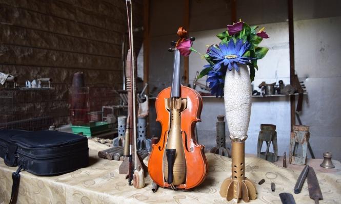 سوري يحول أدوات القتل إلى تحف فنية