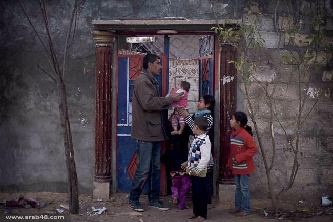 """الحصار يدفع عائلة غزية لاستخدام حفاظات أطفال """"مستعملة"""""""