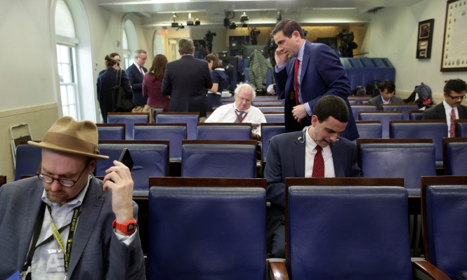 إدارة ترامب تصعّد ضد الإعلام وتمنع دخول صحافيين للإرشاد