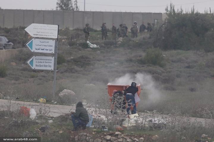 اختناق فلسطينيين بقنابل غاز أطلقها الاحتلال قرب البيرة