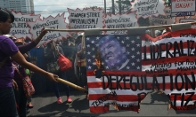 إضراب آلاف النساء عن العمل احتجاجا على ترامب