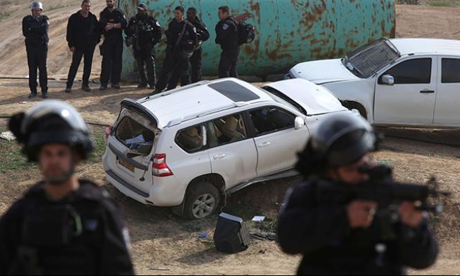 فوهة مسدس الشرطة في مواجهة العربي