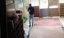 الناصرة: فيديو يوثق سرقة صندوقي التبرعات من مسجد