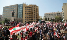 آلاف اللبنانيين يتظاهرون احتجاجا على فرض ضرائب