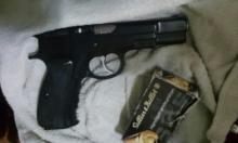 اعتقال شاب ووالدته من المقيبلة بشبهة حيازة مسدس