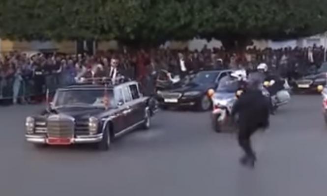 شاهد: شاب يقتحم موكب الملك المغربي والأردني
