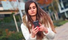 عواقب إدمان الهواتف الذكية: آلام في الرقبة والظهر
