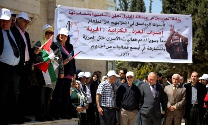 قوات الاحتلال تقتحم زنازين الأسرى المضربين بالكلاب البوليسية