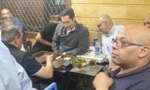 علاء مبارك يلعب النرد في أحد مقاهي إمبابة