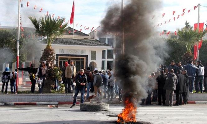 تونس: بائع فراولة يشعل النار بنفسه ويفجر احتجاجات
