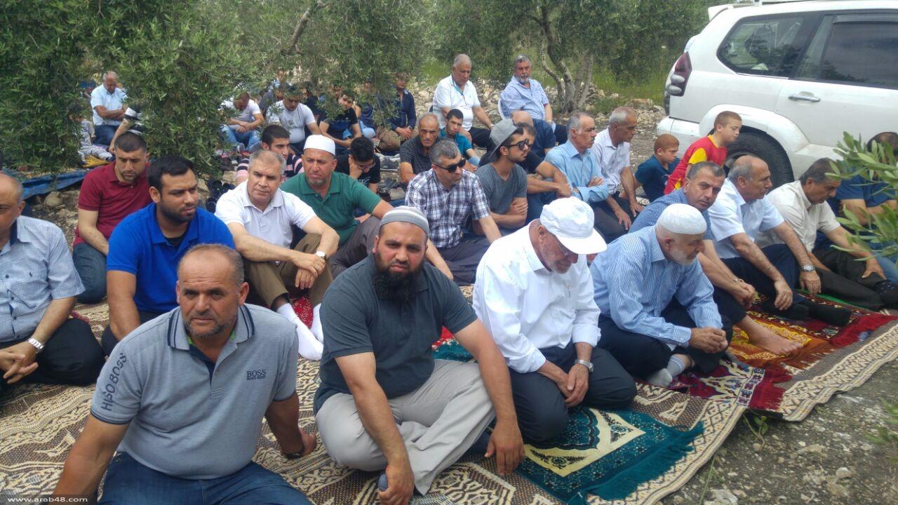صلاة الجمعة على أرض الروحة احتجاجا على مد خط كهرباء