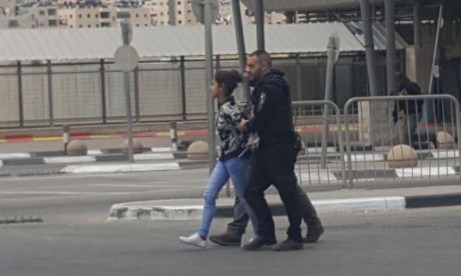 اعتقال فتاة قاصر على حاجز قلنديا بزعم محاولة تنفيذ طعن