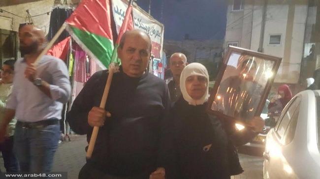أم الفحم: مسيرة مشاعل إسنادا لإضراب الأسرى
