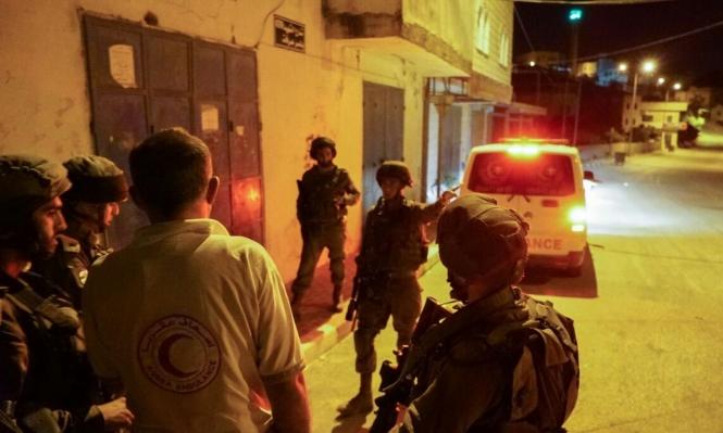الاحتلال يعتقل 15 فلسطينيا ويصادر أموالا بالخليل