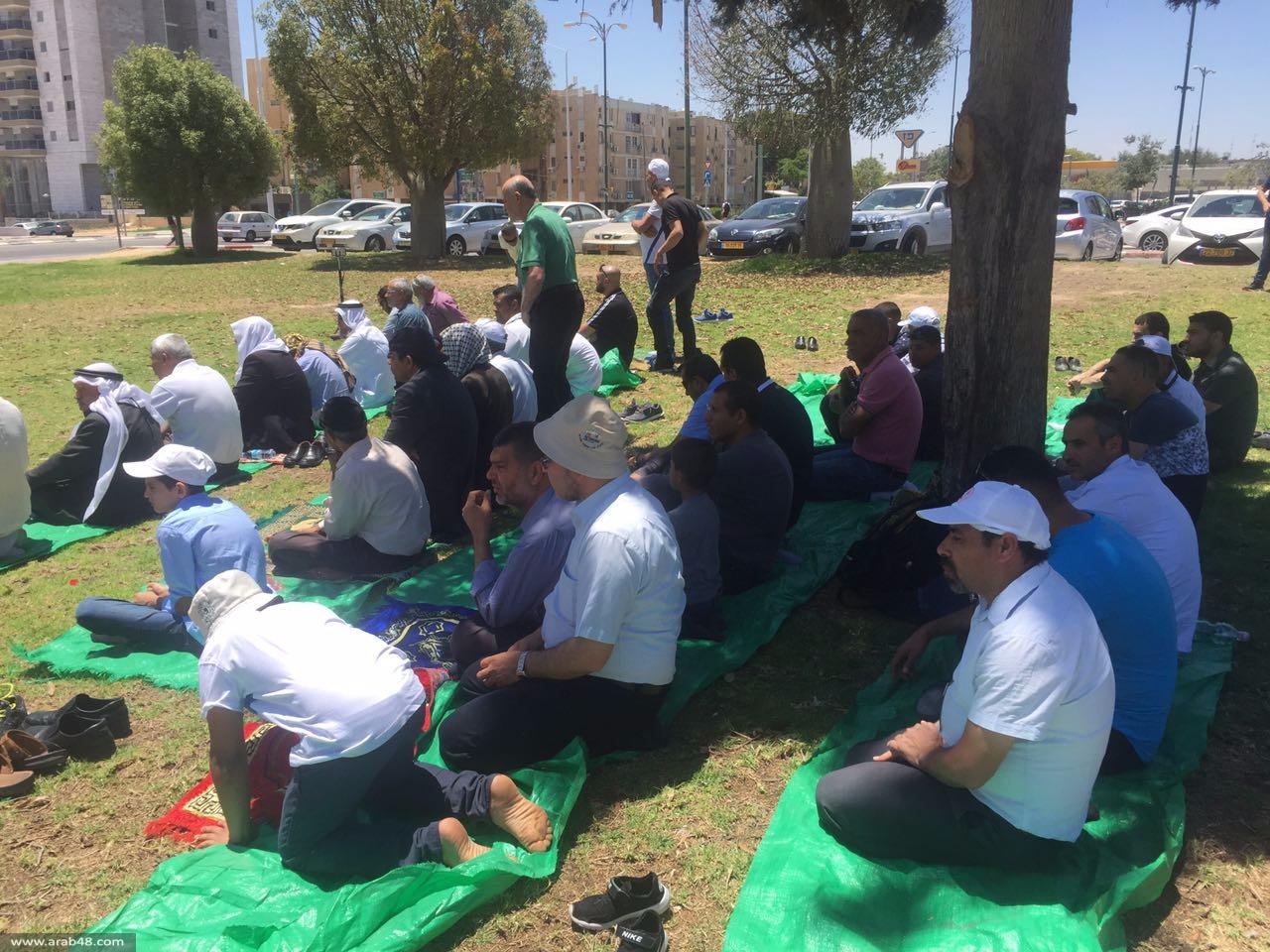 المئات يؤدون صلاة الجمعة أمام سجن الجلمة وسوروكا إسنادا للأسرى