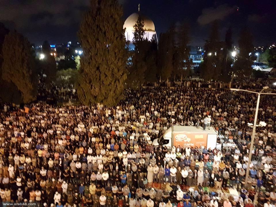 جموع الفلسطينيين تزحف لأداء الجمعة الأخيرة من رمضان بالأقصى