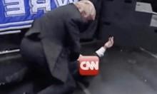 """المصارع ترامب يحطم وجه """"سي إن إن"""""""