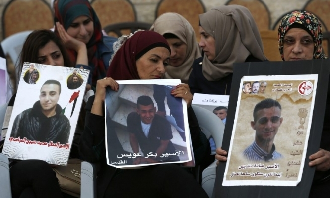 الاحتلال يشرع بحرمان أسرى حماس من زيارة ذويهم