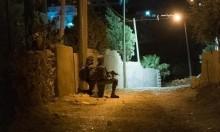 قوات الاحتلال تعتقل 14 فلسطينيًا وتأخذ قياسات منزل شهيد