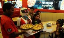 """مدينة """"ملتان"""" الباكستانية: حيث تقدم الروبوتات الطعام للزبائن"""