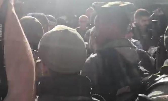 شرطة الاحتلال تعتدي على الفلسطينيين عند باب الأسباط وتبعدهم عن الأقصى