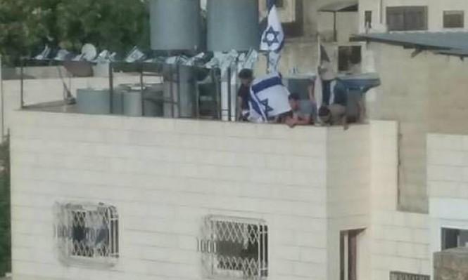 الخليل: المستوطنون يقتحمون بيت عائلة أبو رجب ويتحصنون بداخله