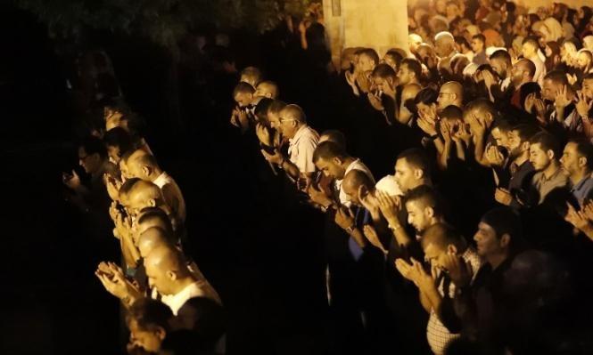 الفلسطينيون يصلون الفجر خارج الأقصى في انتظار تقرير الأوقاف