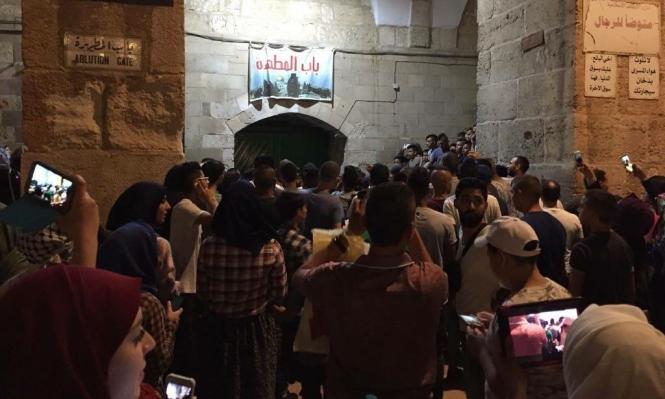 المقدسيون يعتصمون قبالة باب المطهرة بالأقصى رفضا لإغلاقه
