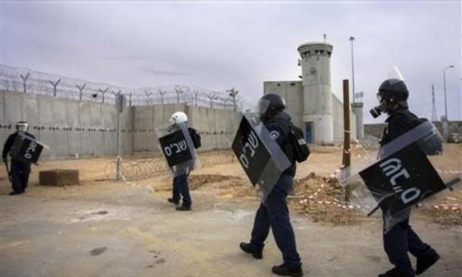 """توتر بسجن """"ريمون"""" وقوات الاحتلال تنكل بالأسرى"""