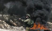 قوات الاحتلال تصيب شبانًا بغزة وتقمع مسيرة بالضفة الغربية