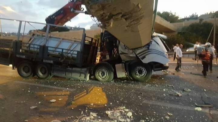 """انهيار  جسر """"كوكاكولا"""" في شارع 4 على شاحنة"""