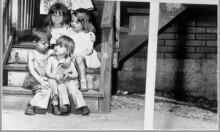 صورة وحدث: 4 أطفال برسم البيع!