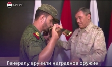 """القوات الروسية بسورية تقلّد """"مبتكر"""" البراميل المتفجرة وسام الشجاعة"""