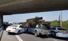 سقوط جرافة عن شاحنة يتسبب بحادث سير قرب اللد