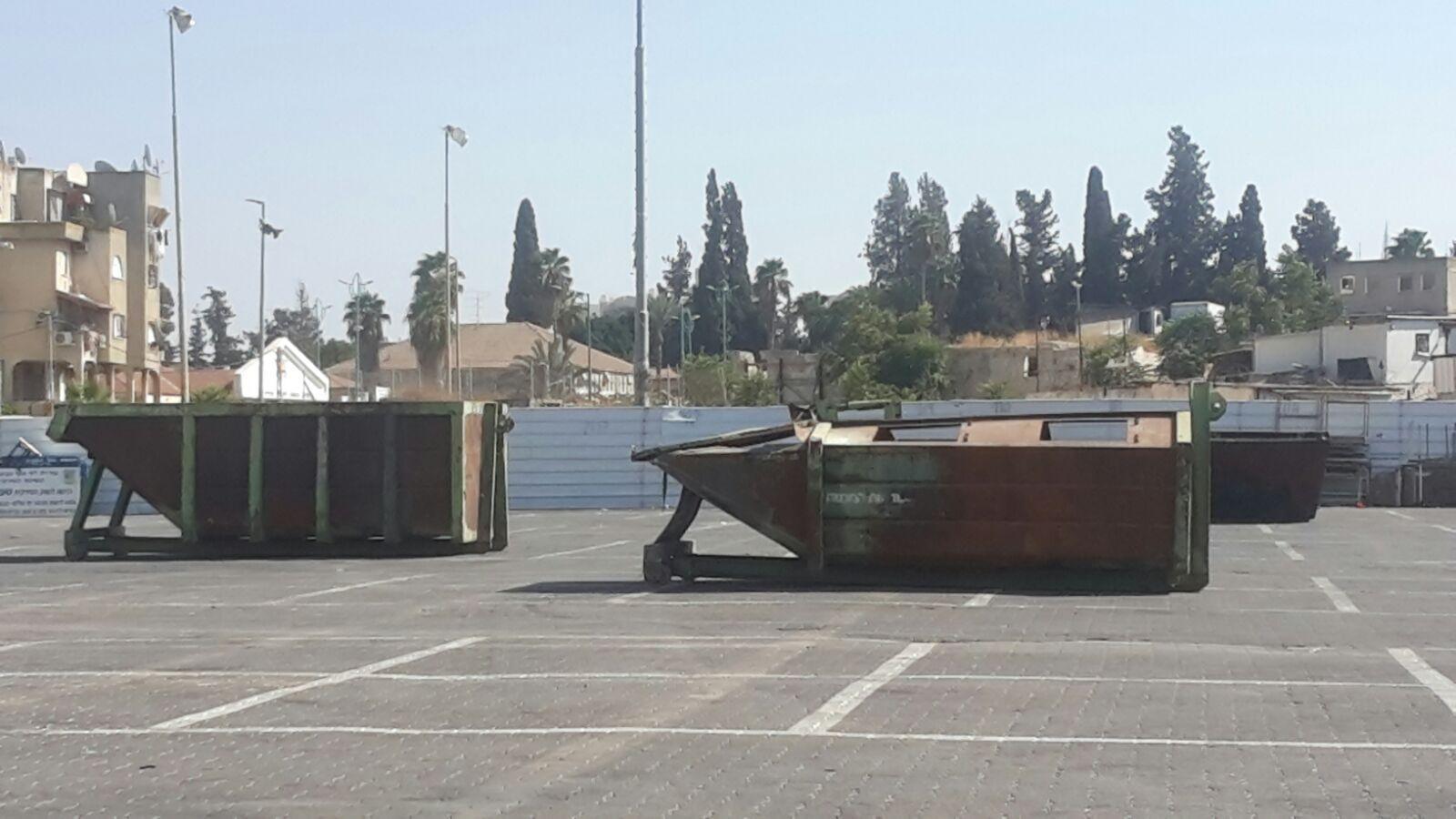 اللد: حاويات القمامة بساحة السوق لمنع صلاة العيد